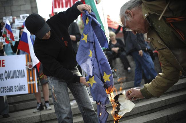 eu ellenes tüntetés (zászlóégetés, )