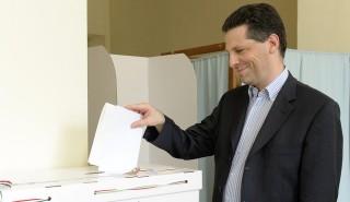 Budapest, 2014. május 25. Schiffer András, a Lehet Más a Politika (LMP) társelnöke leadja szavazatát a budapesti 5-ös választókerület 1-es számú szavazókörében az európai parlamenti választáson 2014. május 25-én. MTI Fotó: Soós Lajos