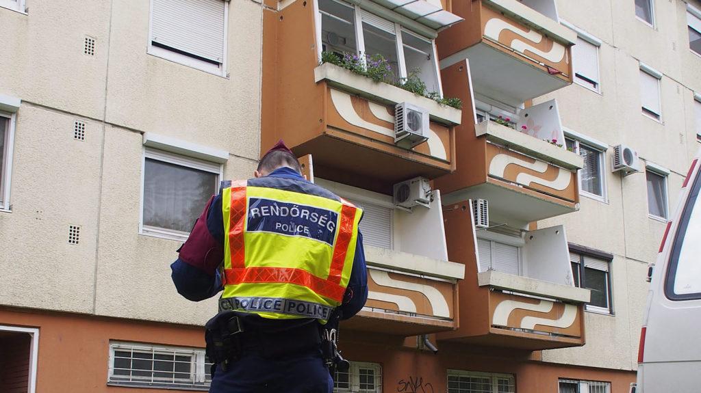 Szeged, 2014. május 12.Rendőr áll Szegeden, a Kisteleki Ede utcában, ahol életveszélyesen megsérült egy kisfiú, amikor leugrott a harmadik emeleti lakásuk erkélyéről 2014. május 12-én reggel. A rendőrök megállapították, hogy a kisfiú hétéves testvérével egyedül maradt otthon, mivel a szülők már dolgozni mentek. A gyerekek iskolába indultak, de a lakásból nem tudtak kijutni, mert édesanyjuk bezárta a biztonsági reteszt, amihez nem volt kulcsuk. A nagyobbik gyerek ezért úgy döntött, hogy az erkélyen keresztül ugrik ki az utcára.MTI Fotó: Donka Ferenc