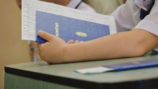 Debrecen, 2012. június 16. Egy tanuló tartja kezében bizonyítványát, miután átvette azt osztályfõnökétõl a debreceni Hunyadi János Általános Iskola 1/a osztályának bizonyítványosztóján. Az oktatási államtitkárság közlése szerint az általános iskolákban 747.547 diáknak, középfokú képzésben 428.291, nappali tagozatos diáknak, valamint 157.856 pedagógusnak indul a vakáció. A mostani tanév 37 héten át tartott, ezzel az európai átlaghoz tartozik Magyarország. MTI Fotó: Czeglédi Zsolt