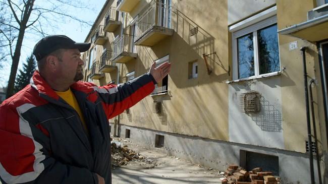 Bátonyterenye, 2013. március 20.Szerémi Gábor közös képviselő a felújított, Liget út 24-es számú társasház mellett Bátonyterenyén 2013. március 20-án. A társasházban közel egy éve  robbanás történt. Mára a helyreállítás nagyrészt befejeződött, de a lakók még mindig nem tudnak visszaköltözni, mert a biztosító nem fizette ki a teljes helyreállítási költséget.MTI Fotó: Komka Péter