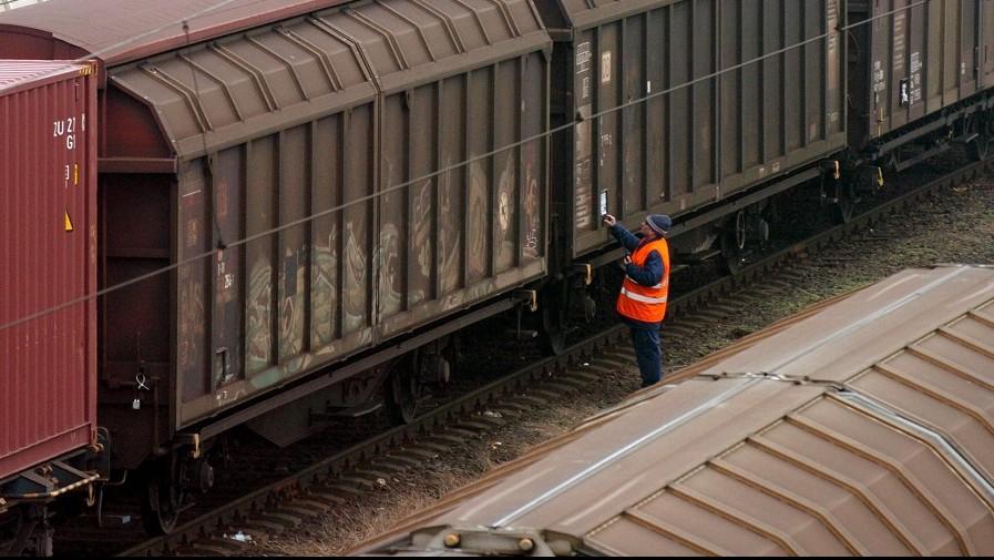 Budapest, 2008. február 4. Egy vasúti dolgozó a veszteglõ tehervonatok között a ferencvárosi pályaudvaron. Hajnaltól folytatódik a Vasúti Dolgozók Szabad Szakszervezete (VDSZSZ) által határozatlan idõre meghirdetett sztrájk a MÁV teljes vonalán. A VDSZSZ azt követeli, hogy minden vasutas kapjon nettó 250 ezer forintot a MÁV Cargo privatizációs bevételébõl, illetve 10 százalék többletbérfejlesztést kér a kiszervezett MÁV-társaságok dolgozóinak. MTI Fotó: Kovács Tamás