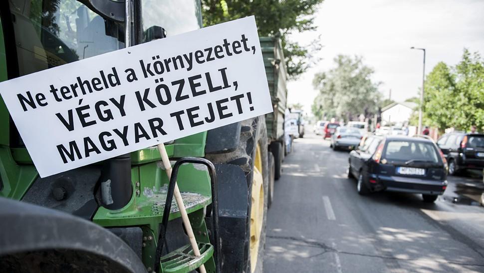 Pécs, 2014. július 8.Transzparens egy traktoron a Mecsek Füszért logisztikai bázisa előtt Pécsett a tejtermelők demonstrációján 2014. július 8-án. A termelők a tiltakozással a fogyasztók figyelmét szeretnék felhívni arra, hogy részesítsék előnyben a magyar tejtermékeket az importtal szemben, valamint figyelmeztetni akarnak egyes, szerintük aránytalanul nagy mennyiségben import tejtermékeket forgalmazó kereskedőket arra, hogy preferálják a magyar tejtermékeket.MTI Fotó: Sóki Tamás