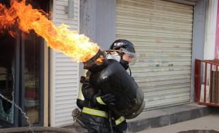 Lángoló gázpalack (gázpalack, tűzoltó, tűz, lángok, )