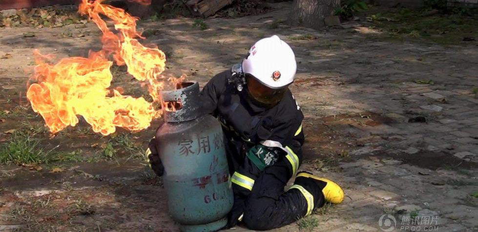 Lángoló gázpalack (tűzoltó, gázpalack, )