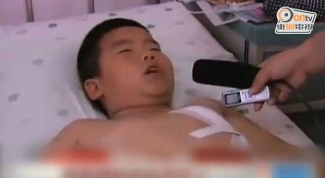 Megkéselt kisfiú (kisfiú, kórház, )