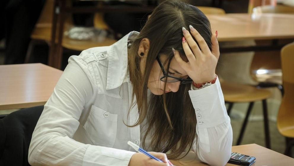 Debrecen, 2014. május 6. Egy diák a középszintû matematika érettségi vizsgán a debreceni Fazekas Mihály Gimnáziumban 2014. május 6-án. Az Oktatási Hivatal tájékoztatása szerint középszinten 1278 helyszínen 80 144 diák, emelt szinten 82 helyszínen 3897 vizsgázó tesz érettségi vizsgát. MTI Fotó: Czeglédi Zsolt