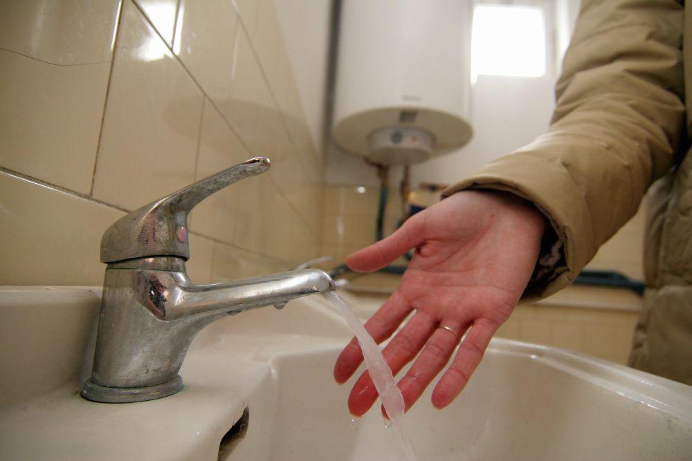 fürdőszoba (fürdőszoba, csap, víz, bojler, kéz,)