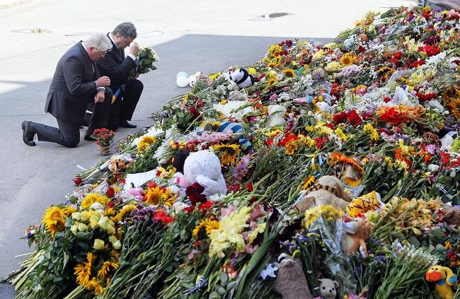porosenko virágokkal (petro porosenko, gyász, virágok, maláj gép)
