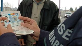Ártánd, 2007. január 1.Az átlépéshez felmutatott román személyi igazolványt és útlevelet ellenőrzi a magyar határőr. Románia uniós csatlakozása pillanatától több ponton változott az árú, teher és turistaforgalom rendje a két ország közös határszakaszán. Az árú és teherforgalom ki- és belépésének vizsgálata a magyar oldalon történik, a kilépő turisták okmánykezelését román, a belépőkét pedig magyar oldalon végzik el. A határátlépéshez elegendő a személyi igazolvány. Az utasforgalom vámellenőrzésében is módosult az eljárás, ugyanis csak jövedéki ellenőrzést végez a hatóság. Mindkét oldalon a magyar és a román szolgálatot teljesítő határőr együtt dolgozik.MTI Fotó: Oláh Tibor