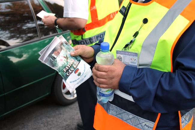 Vízet osztanak a rendőrök (vízosztás, rendőrség, polgárőrség, )