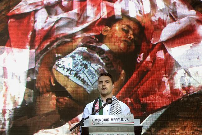 Vona Gábor (Vona Gábor, pártelnök beszél a Jobbik közel-keleti békéért tartott demonstrációján az izraeli nagykövetség közelében, Budapesten 2014. július 24-én)
