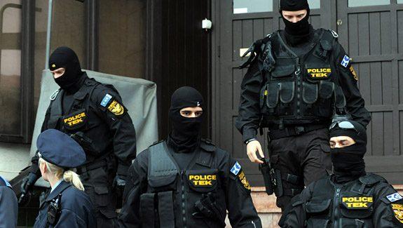 Pécs, 2011. november 3.A Terrorelhárítási Központ (TEK) munkatársai kijönnek a Nemzeti Adó- és Vámhivatal (NAV) egyik épületéből, amelyet bombariadó miatt kiürítettek Pécsett. A pécsi tűzoltóság ügyeletére telefonon bejelentés érkezett, amely szerint délután bomba robban egy belvárosi bevásárlóközpontnál, a bíróságnál, az ügyészségnél és a NAV épületeinél.MTI Fotó: Kálmándy Ferenc