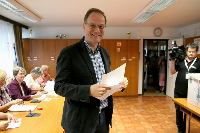 Navracsics Tibor szavaz (Navracsics Tibor szavaz, önkormámnyzati választások 2014, )