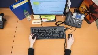 iroda(430x286).jpg (iroda, íróasztal, számítógép, telefon, kéz, billentyűzet, )