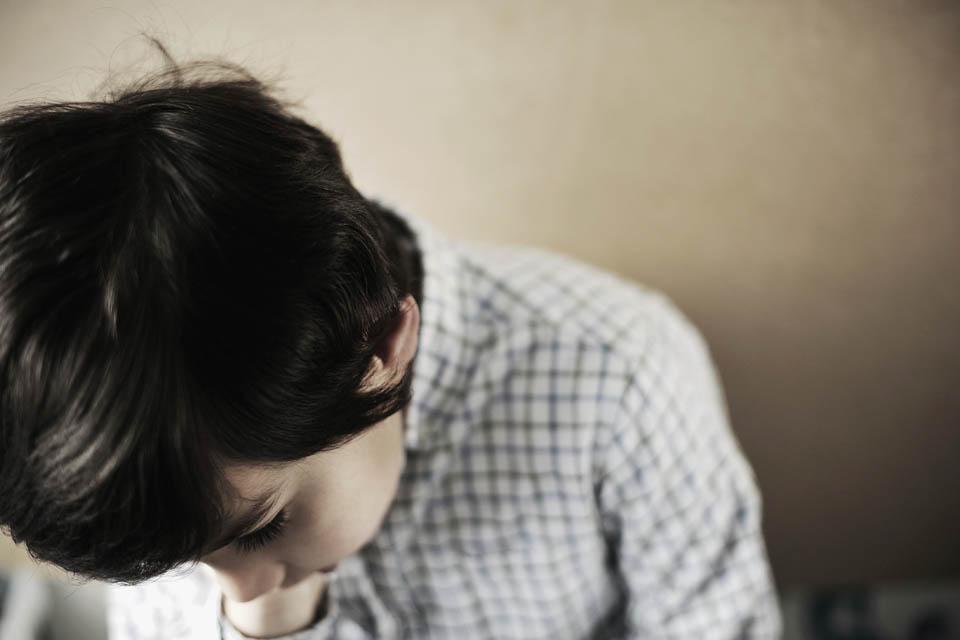 szomorú fiú (szomorú fiú, iskolás)