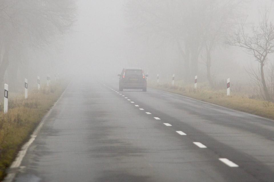 autóvezetés ködben (autóvezetés ködben, autó, köd, autópály)