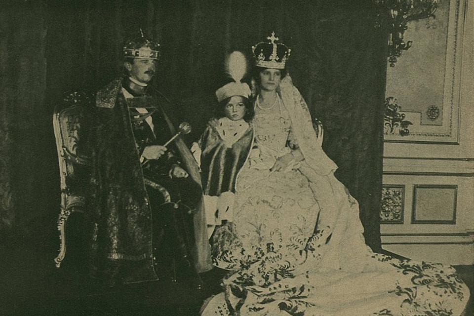 megkoronázták a magyar királyt (megkoronázták a magyar királyt)