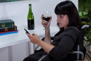 részeg posztolás (bor, ivás, okostelefon, )