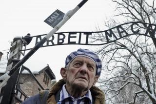 Auschwitz (Auschwitz, Igor Malitckij, a megsemmisítő tábor egyik ukrán túlélője az egykori auschwitz-birkenaui koncentrációs tábor főkapuja alatt)
