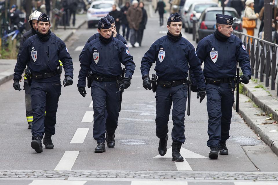 Charlie-Hebdo-fegyveres-tamadas(e93c0aa4-eb19-418f-b343-c0ca125518eb)(210x140).jpg (Charlie Hebdo fegyveres támadás, rendőrök)