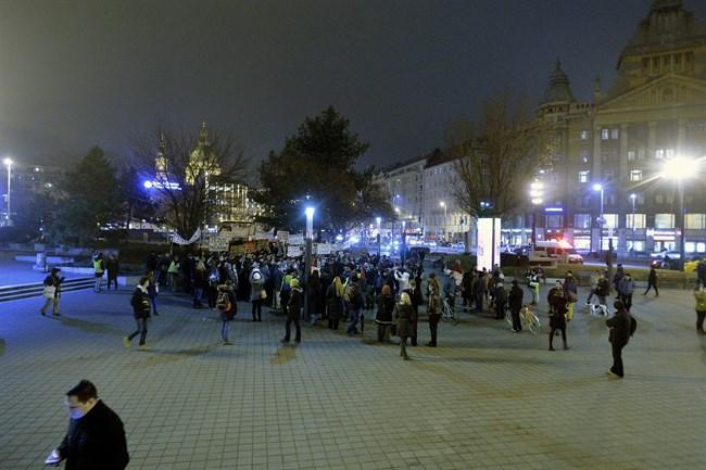 Migrans-Szolidaritas-Csoport-tuntetese(3)(650x433).jpg (migráns szolidaritás csoport, tüntetés, orbán viktor, )