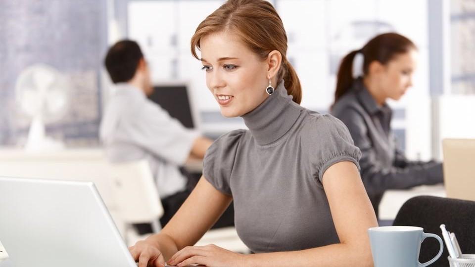 dolgozó nő (nő, dolgozó nő, iroda, iroda, irodai munka, )