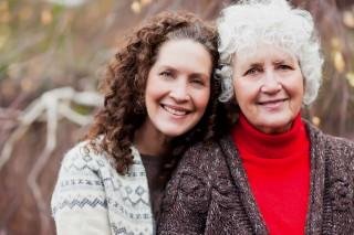 nagymama és felnőtt nő (nagymama és felnőtt nő)