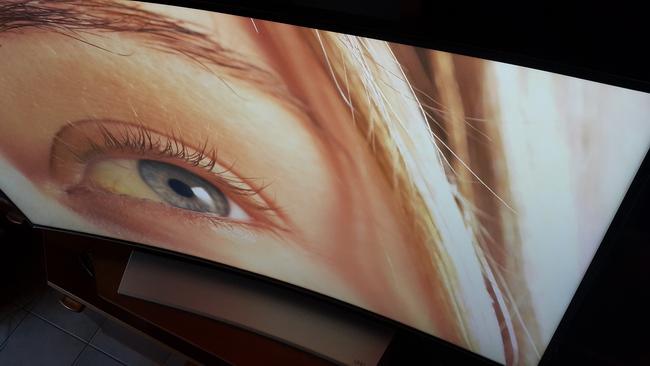 tn-a04 (technet, teszt, tévé, tv, televízió, samsung, okostévé, ívelt, ultra hd, 4K)