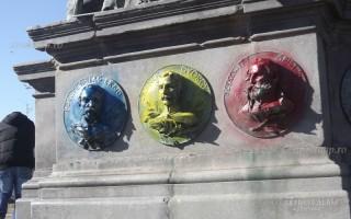 Arad, lefestett szabadság-szobor (arad, szabadság-szobor, festék)