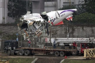 Kiemelik a tajvani gép farokrészét (lezuhant tajvani gép, tajvani repülő, tajvani gép, )