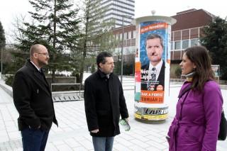 Veszprém választás (Vszeprém választás, Gerstmár Ferenc, a Lehet Más a Politika (LMP) jelöltje (b) Schiffer András és Szél Bernadett, az LMP társelnökeivel beszélget miután leadta szavazatát)