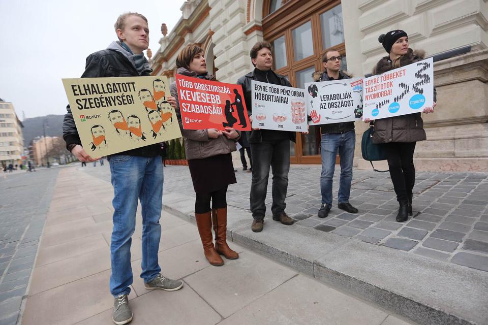 évértékelő aktivista plakáttal (évértékelő aktivista plakáttal)