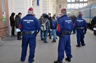 migránsok a keletinél (keleti pályaudvar, migránsok, határsértők, )