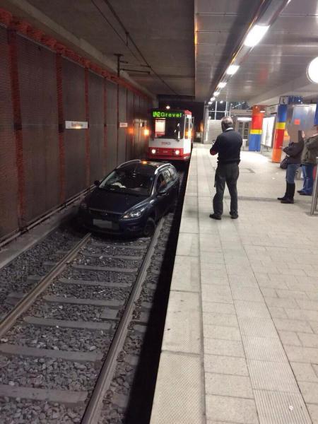 Autó a metróban (autó, metró, állomás, dortmund, )