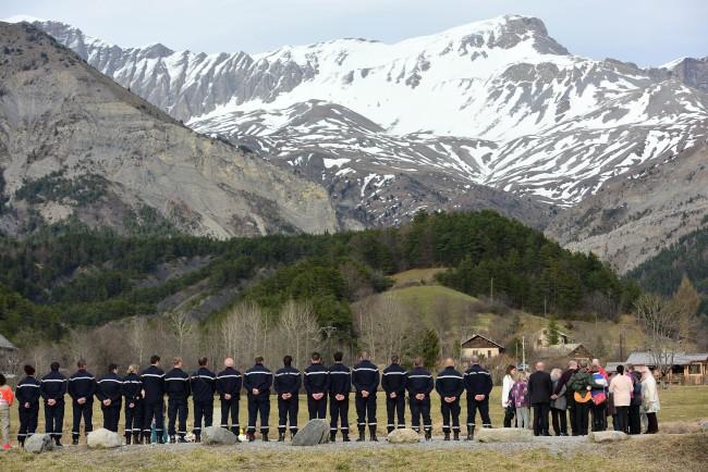 Germanwings - gyászoló hozzátartozók (germanwings, gyász, hozzátartozó, )