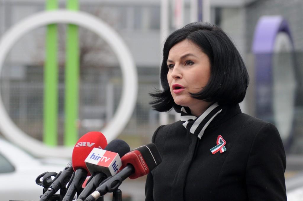 Kunhalmi Ágnes MTVA-nál tüntet (kunhalmi ágnes)
