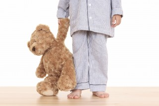 Pizsamás kisfiú (pizsama, kisfiú, plüssmaci, )