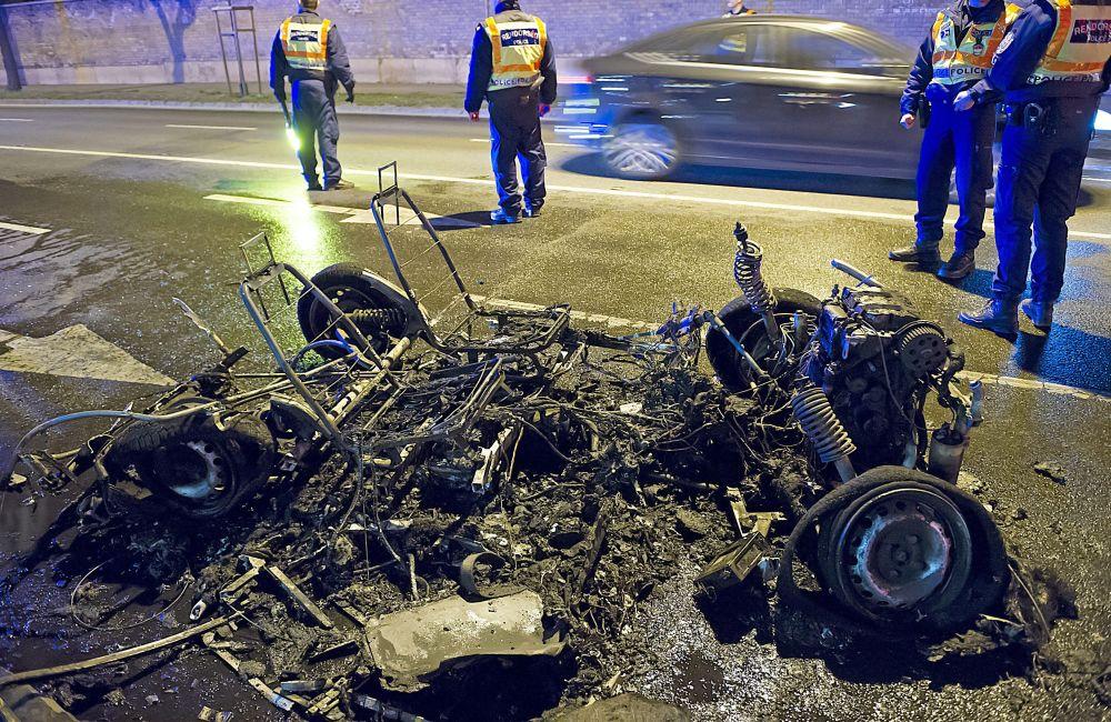Szénné égett autó a Fiumei úton (kiégett autó, )