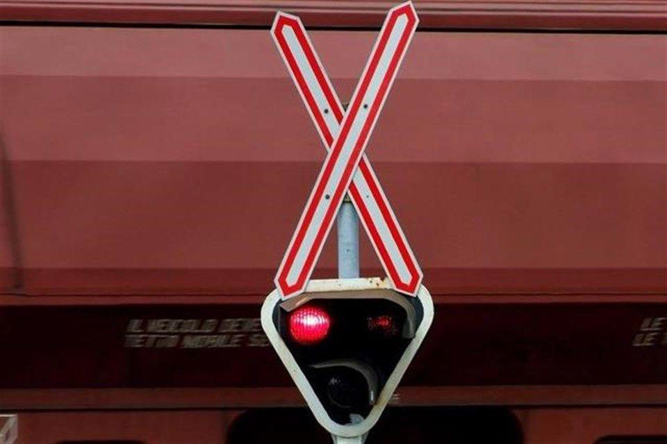 Tehervonat(1)(1)(960x640).jpg (tehervonat, vasúti átjáró, )