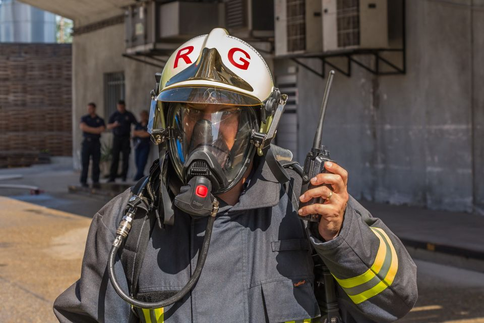 Tűzoltó gázálarcban (tűzoltó, katasztrófavédelem, gázálarc, )