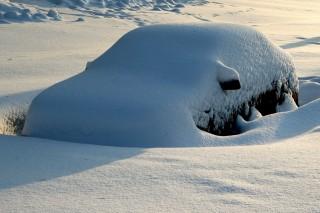 autó hó alatt (autó hó alatt)