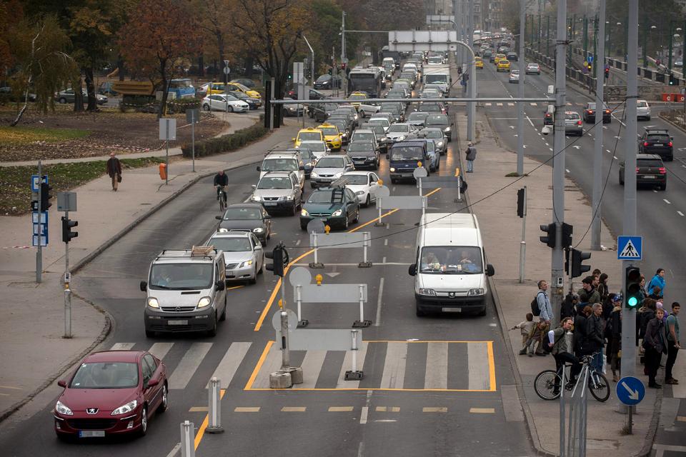 forgalom (forgalom, városi közlekedés, autók, járda, gyalogos, biciklis, )