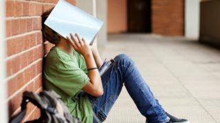 iskolas-fiu(430x286).jpg (iskolás fiú, iskola, tanulás, gyerek, fiú, szomorú, depresszió, rossz kedv)