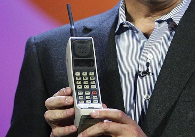 mp-m01 (A világ első mobiltelefonos hívását 1973. április 3-án kezdeményezte a motorolás Martin Cooper, aki Dr. Joel Engelt hívta fel a Bell Labs-nél. Ehhez azonban még csak egy nagyon kezdetleges mobiltelefon prototípust használtak, és ezt követően még tíz évet kellett várni arra, hogy felbukkanjon az első, immár kereskedelmi forgalomban is kapható mobil.  A keresztségben DynaTAC 8000x nevet kapott készülék 1983-ban vált elérhetővé az amerikai piacon, ára pedig nem kevesebb mint 3995 dollár volt, ami mai árfolyamon számítva mintegy 1,1 millió forintos értéket képvisel, akkori értékét nézve viszont már több mint 2,5 millió forintot tesz ki.  A forradalmi újdonságnak számító mobiltelefon hatalmas mérettel rendelkezett, LED-es kijelzője azonban még igen parányi volt, és hát az üzemideje is hagyott némi kívánni valót maga után. A beépített akkumulátor egy feltöltéssel mintegy 30 perces beszélgetési időt, illetve maximum 8 órás készenléti időt biztosított. A 790 gramm tömegű, illetve antenna nélkül 25 centiméter hosszú ősmobil memóriájában harminc névjegyzék bejegyzést lehetett eltárolni. )