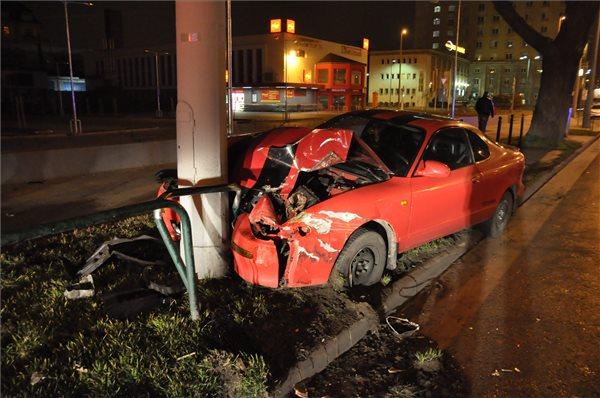 összetört autó (autó, összetört, karambol)