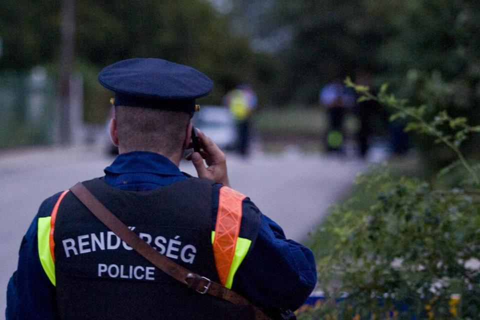 rendőr telefonál (rendőr, telefonálás)