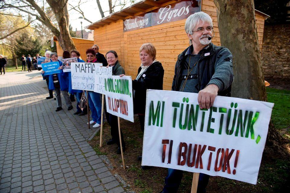 tüntetők tapolcán (tüntetés)