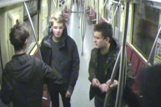 2-es metróban firkáló fiatalok (Array)