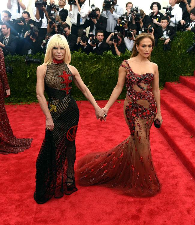 Jennifetr Lopez és Donatella Versace (Array)